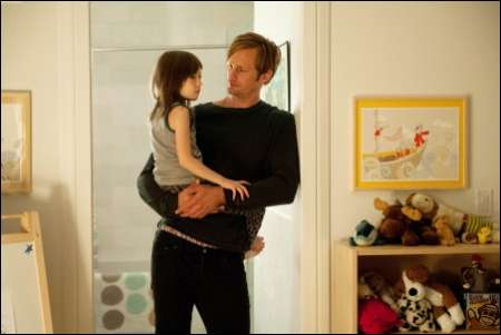 Alexander Skarsgård mit Onata Aprile in 'What Maisie Knew' © rialto