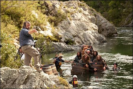 Peter Jackson und Fässer voller Zwerge © 2013 Warner Bros