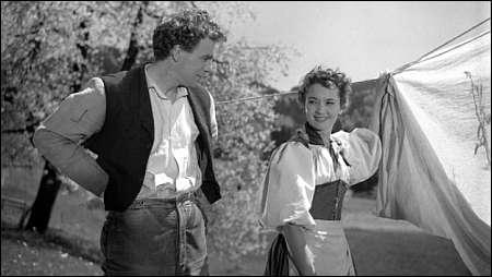 Liselotte Pulver und Hannes Schmidhauser in Franz Schnyders 'Uli der Knecht' von 1954 © SF/PRAESENS FILM AG/CINÉMATHÈQUE SUISSE