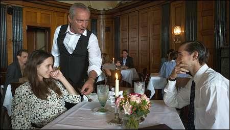 Joe (Stacy Martin), Waiter (Udo Kier), Jerome (Shia LaBoeuf) © Ascot-Elite