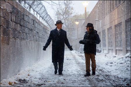 'Bridge of Spies': Tom Hanks und Regisseur Steven Spielberg an der rekonstruierten Berliner Mauer © Fox Warner