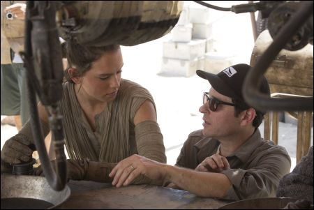 'Star Wars: The Force Awakens' Daisy Ridley (Rey) und Regisseur J.J. Abrams © 2014 Lucasfilm Ltd.