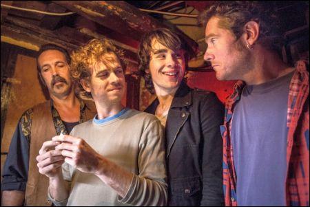 Die Brüder (Stef Aerts 2. v.l. und Tom Vermeir, rechts ) und die Freunde © filmcoopi