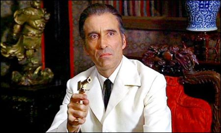 Christopher Lee als 'The Man with the Golden Gun' Francisco Scaramanga im Bond von 1974