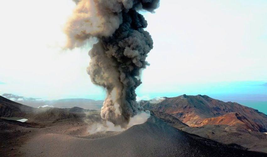 Вулкан Эбеко «выстрелил» пеплом