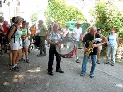 Orchestre interprétant la chanson du Sentier Francis Lastenouse à la Place de Tournissan