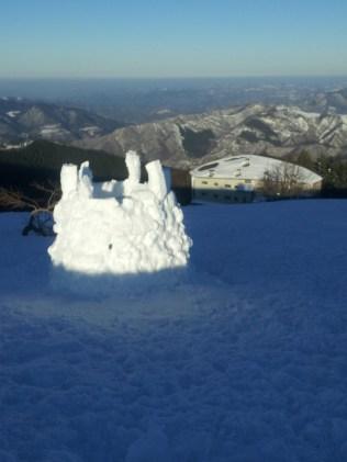 Un castello di ghiaccio sopra il rifugio