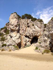 Grotta nella antica scogliera