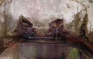 L'interno di una burraia: burro e formaggio erano appoggiati sulle vasche di pietra, mantenute fresche dall'acqua che scorre