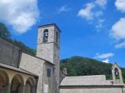 i tetti del santuario, e dietro il monte Penna