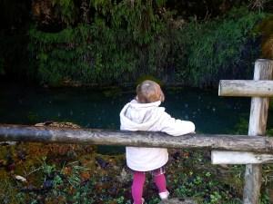 osservando il laghetto delle grotte