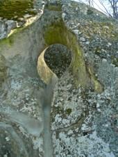 guai a mettere la testa nei buchi del Ponte d'Ercole, dice la leggenda