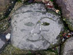 Qualcuno in passato ha inciso queste facce nel selciato verso la rocca