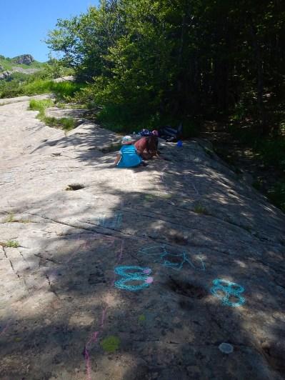 Con i gessetti si disegna sulle rocce: la prima pioggia ripulirà tutto
