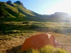 Nel pomeriggio si pianta la tenda al cospetto dell'Omo Morto