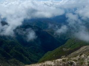 Il versante sud precipita verso la Lunigiana