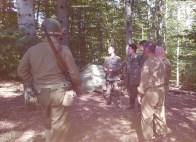 Sembra una foto originale ma non lo è: soldati americani scherzano con giovani prigionieri tedeschi