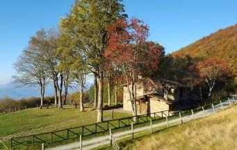 Il rifugio Burigone, abbellito in autunno dalle piante di sorbo