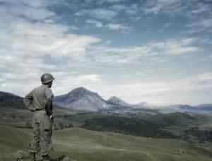 Questa foto è originale ma si distingue con difficoltà dalle altre: un soldato americano osserva l'Alto Mugello dal passo del Giogo