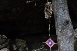 Un pendaglio all'imboccatura della grotta: che sia per allontanare gli spiriti?