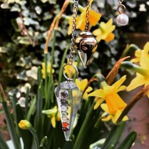 Pendules Chakras en cristal de roche et Témoin en métal ©Sentulia