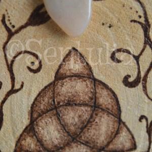 Totem Triquetra celte avec Grenat Grossulaire ©Sentulia (1)
