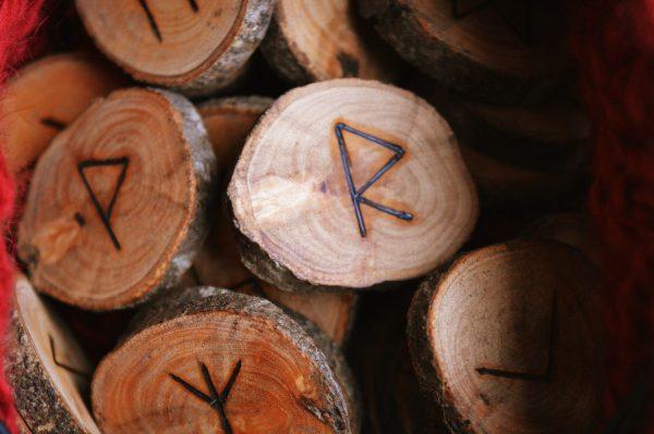 Jeu de Runes futhark olivier ©Sentulia (4)