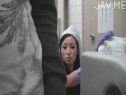 便所掃除のおばさんが方尿しているデカチンコに興味津々なせんづり鑑賞動画