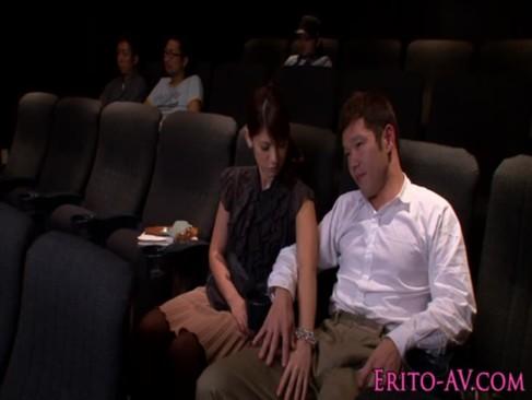 ハーフ系AV女優のNinaが映画鑑賞に飽きて彼氏のチンポを弄り始める!周りの客にバレないように巧みにしごいてる手コキ動画