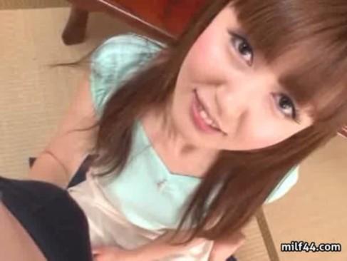 元モデルで人気AV女優の井川ゆいが人生で初めてのセンズリ鑑賞に挑戦!フル勃起したチンポをまじまじと見つめるエロ動画
