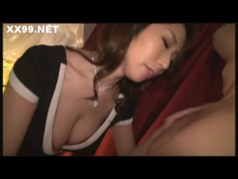 人気AV女優の篠田あゆみがワインでほろ酔いになりながら痴女攻め!巨根を手コキとフェラチオでイカせるエロ動画