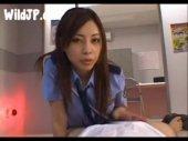 婦警コスをした横山美雪が淫語を連発しながら犯人のチンポを手コキ攻めをして自供させる無臭せい動画