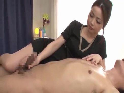 アダルトビデオ女優のかすみりさが巧みな手つきと舌使いで乳首やチンポを刺激して昇天させてるてこキ動画