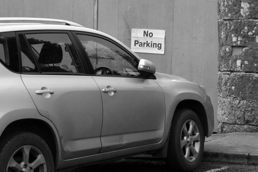 Stationnement gênant et interdit devant un garage
