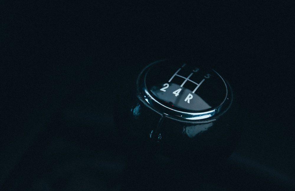 Comment changer de vitesse en voiture et comment rétrograder ?