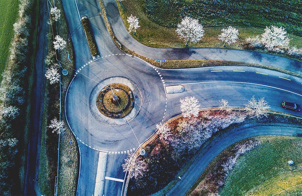 Carrefour à sens giratoire : comment l'aborder selon le code de la route