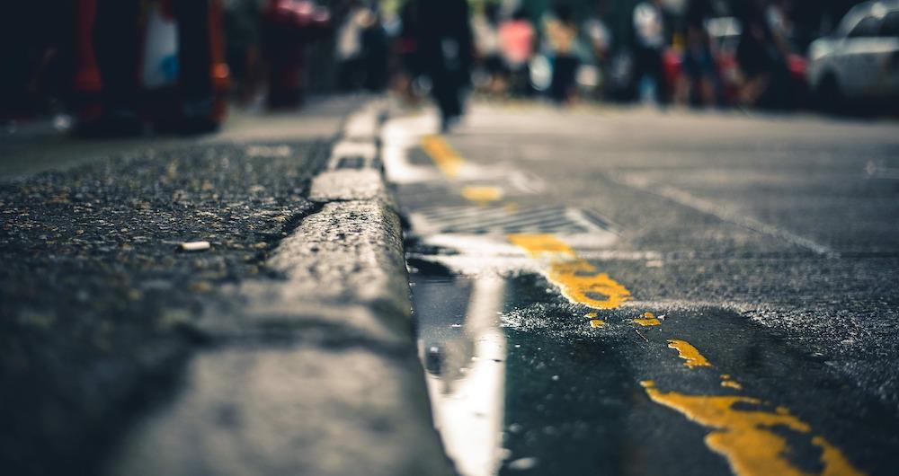Marquage au sol jaune : influence sur le stationnement et la circulation