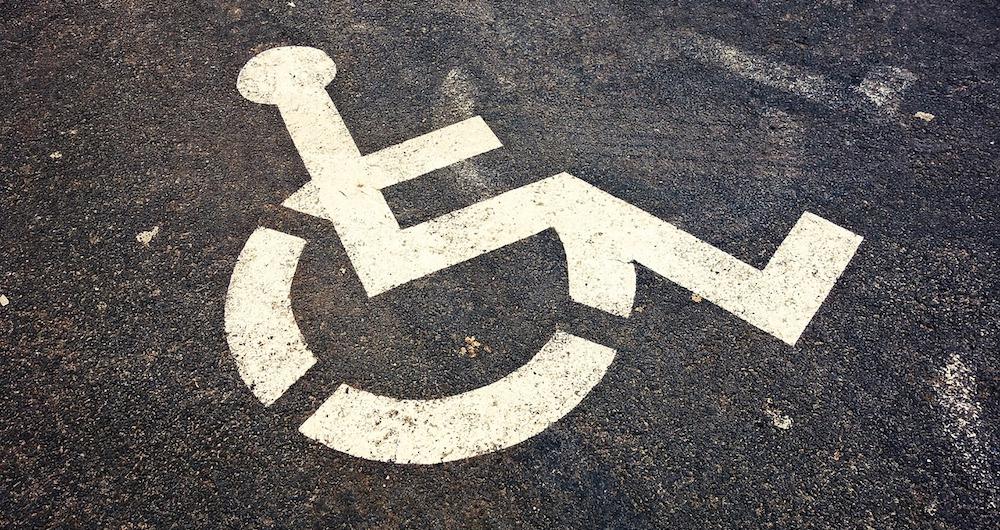 marquage au sol sous forme de pictogramme : stationnement réservé aux personnes à mobilité réduite