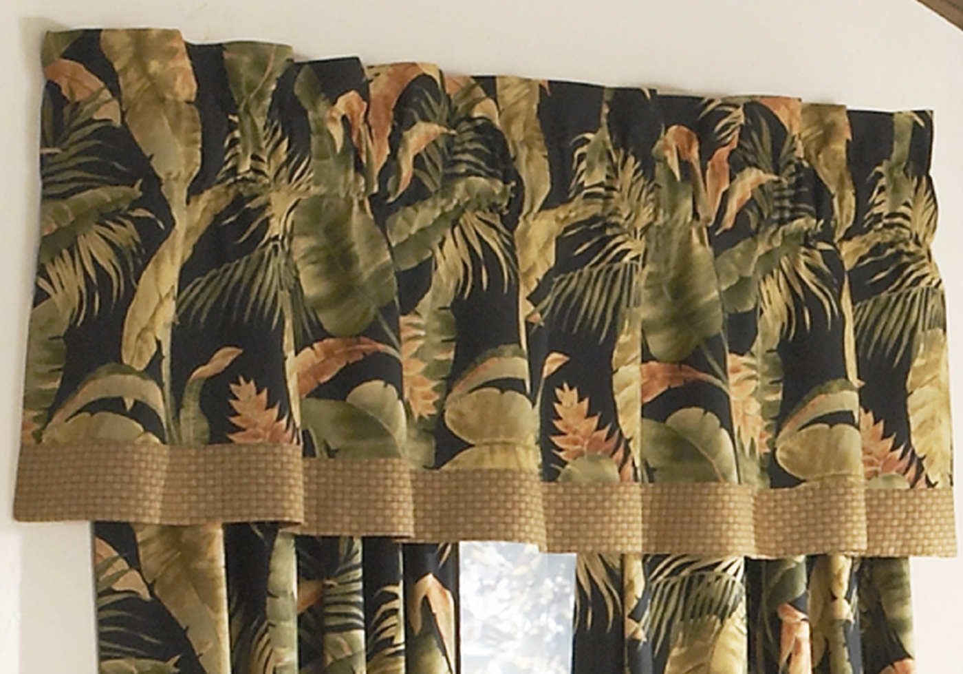 Tailored Valance With Band Laselva Black By Thomasville
