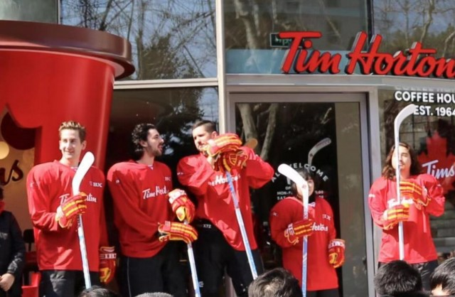 实拍!Tim Hortons上海店开业 有人排队18小时