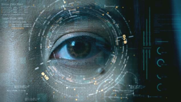 Gros plan sur un oeil sous une technologie de reconnaissance faciale.