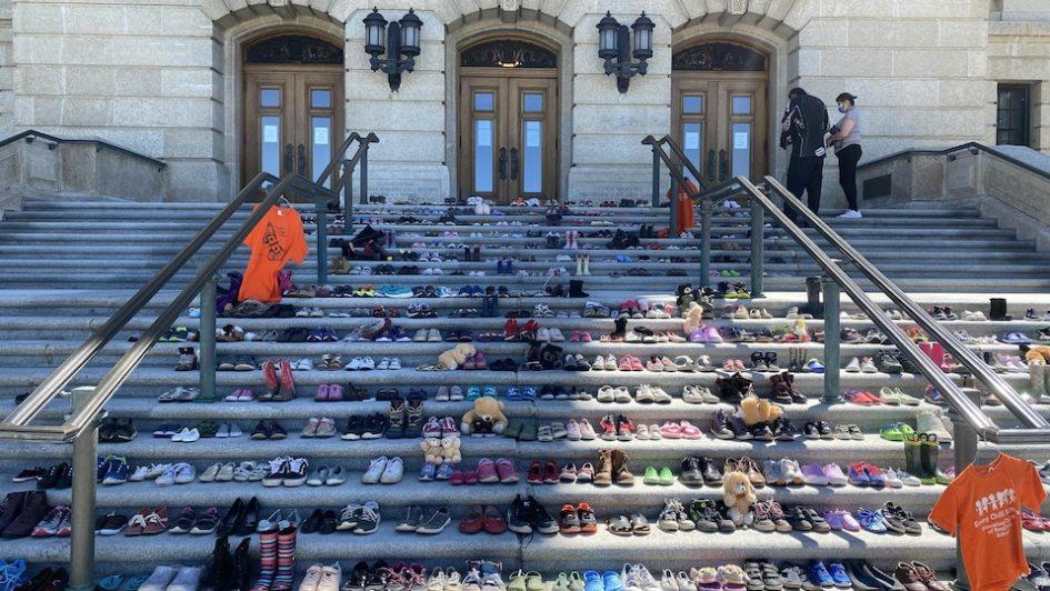 Les marches du Palais législatif de Regina, en Saskatchewan, sur les marches duquel 215 paires de souliers ont été déposées.