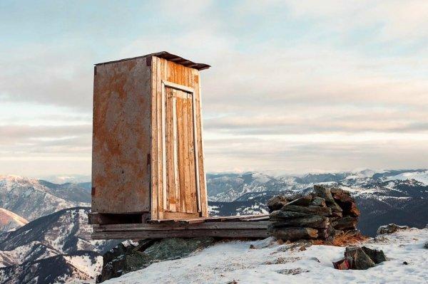 Туалет над пропастью: фото и описание