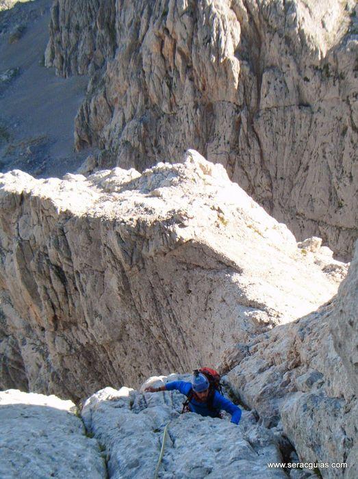 escalada 8 cara norte Naranjo Picos de Europa SERAC COMPAÑÍA DE GUÍAS