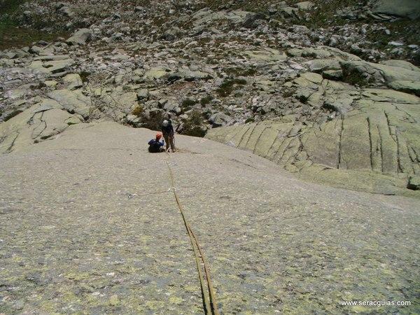 escalada Peña Gallina Espaldar Galayos Gredos 1 SERAC COMPAÑÍA DE GUÍAS