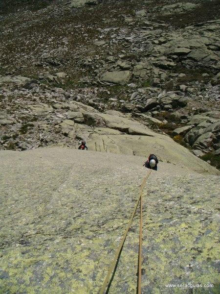 escalada Peña Gallina Espaldar Galayos Gredos 2 SERAC COMPAÑÍA DE GUÍAS