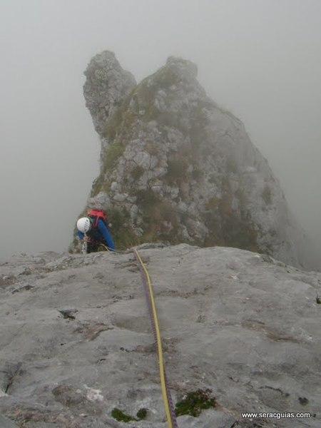 escalada Espolon Rosa Cueto Pampin Picos Europa 6 SERAC COMPAÑÍA DE GUÍAS