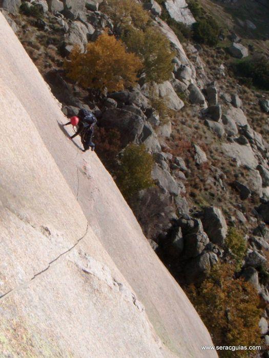 escalada Calavera Yelmo Pedriza Guadarrama 2 SERAC COMPAÑÍA DE GUÍAS