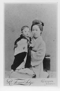 夏目鏡子と筆子の母娘。明治33年頃の撮影と伝えられるから、漱石がロンドン留学中に写した一葉かもしれない。誕生日を迎えれば、満年齢で鏡子が23歳、筆子が2歳になる頃の写真ということになる。写真/神奈川近代文学館所蔵
