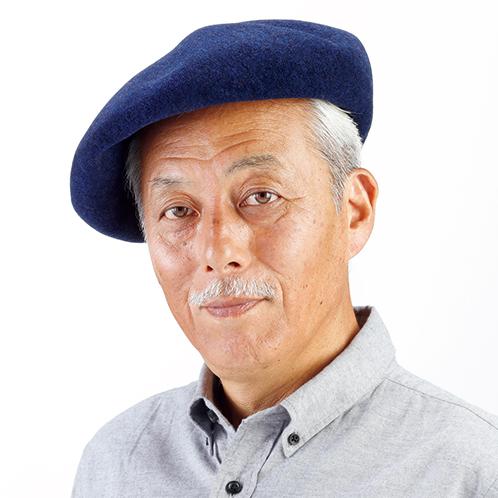 写真=ネイビー ベレー帽の特徴である頭部の「チョボ」(短いひも状の飾り)をなくし、大人の雰囲気を醸し出す。斜めに被るなど着用の仕方も自在。